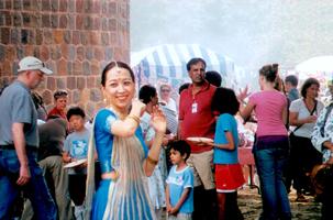 アメリカンスクール国際フードフェアで印度古典舞踊を披露する籠橋コーチ